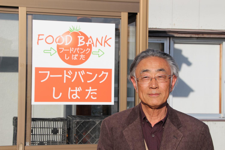 「フードバンクしばた」の前に立つ土田雅穂さん。