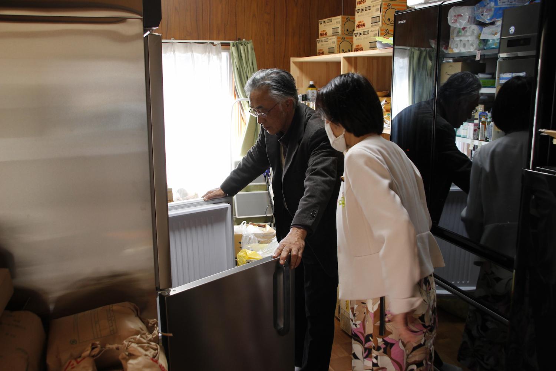 大きな冷凍庫に冷凍肉がぎっしり。覗き込む打越さく良。