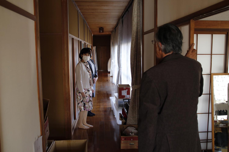 長い廊下にも支援の品が。事務所は、どこか懐かしい平屋の日本家屋だ。