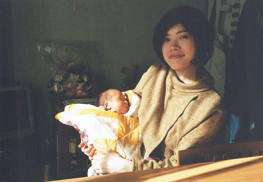 生まれて間もない息子を抱いて。