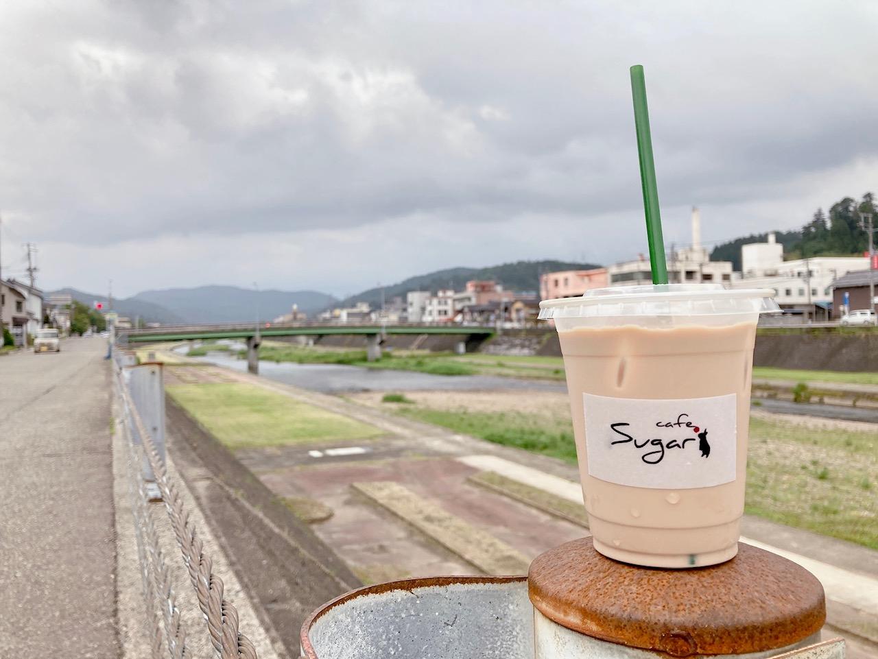 テイクアウトのドリンクを持って加茂川散歩もできる。