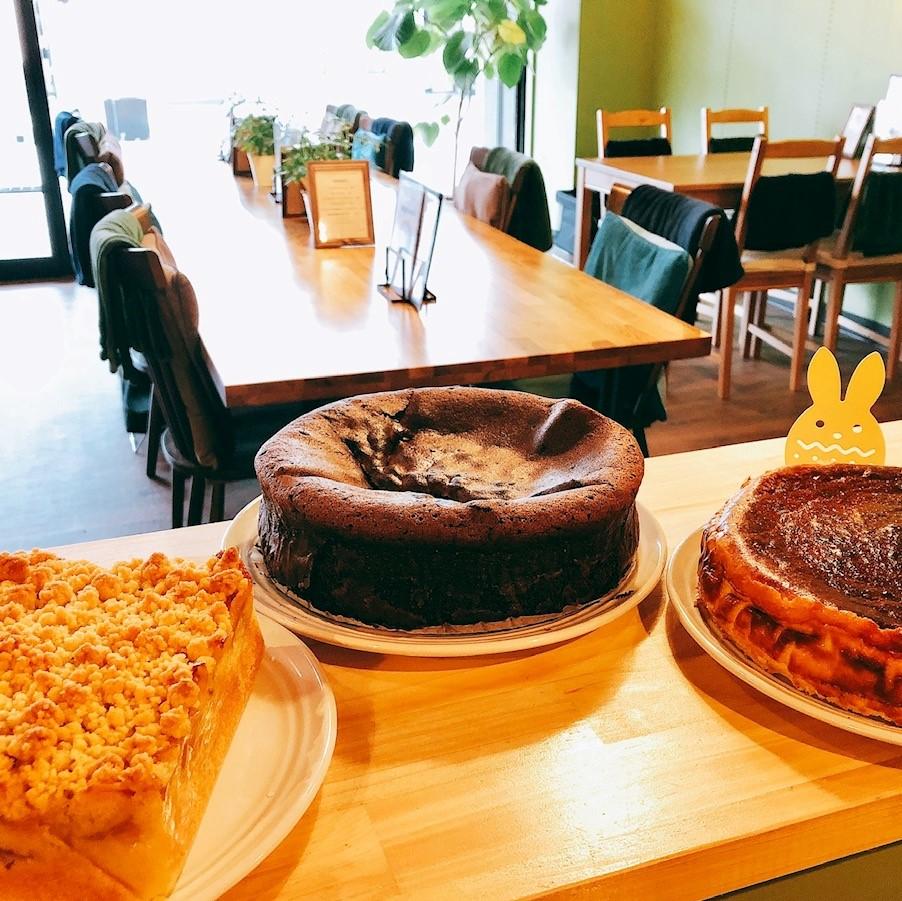 「cafe Suga」カウンターに真美さんの焼くケーキが並ぶ。