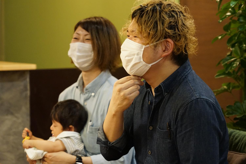 笑顔の横尾友さん、真美さん、陸くん。