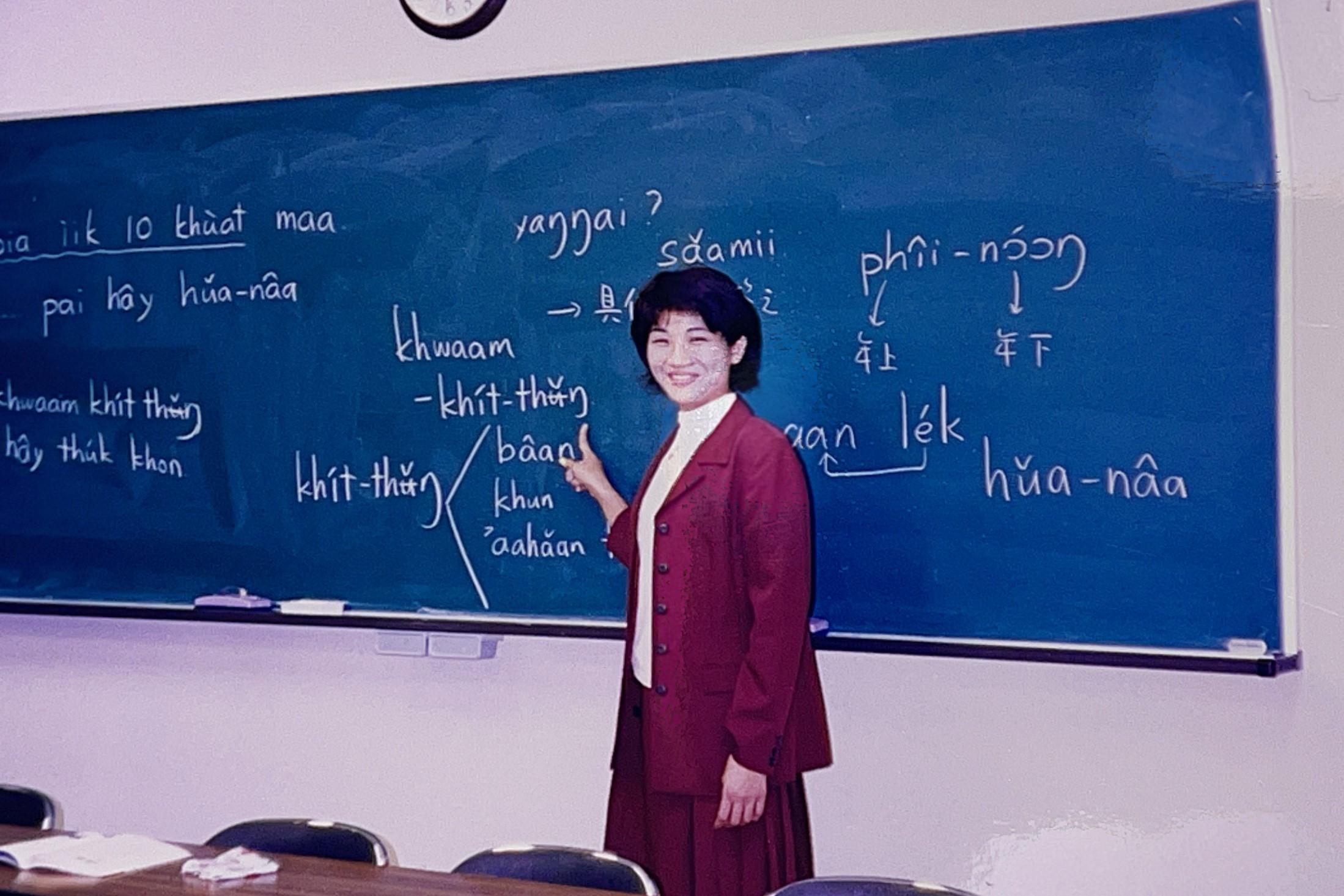 国際交流授業でタイ語を教える西村さん。