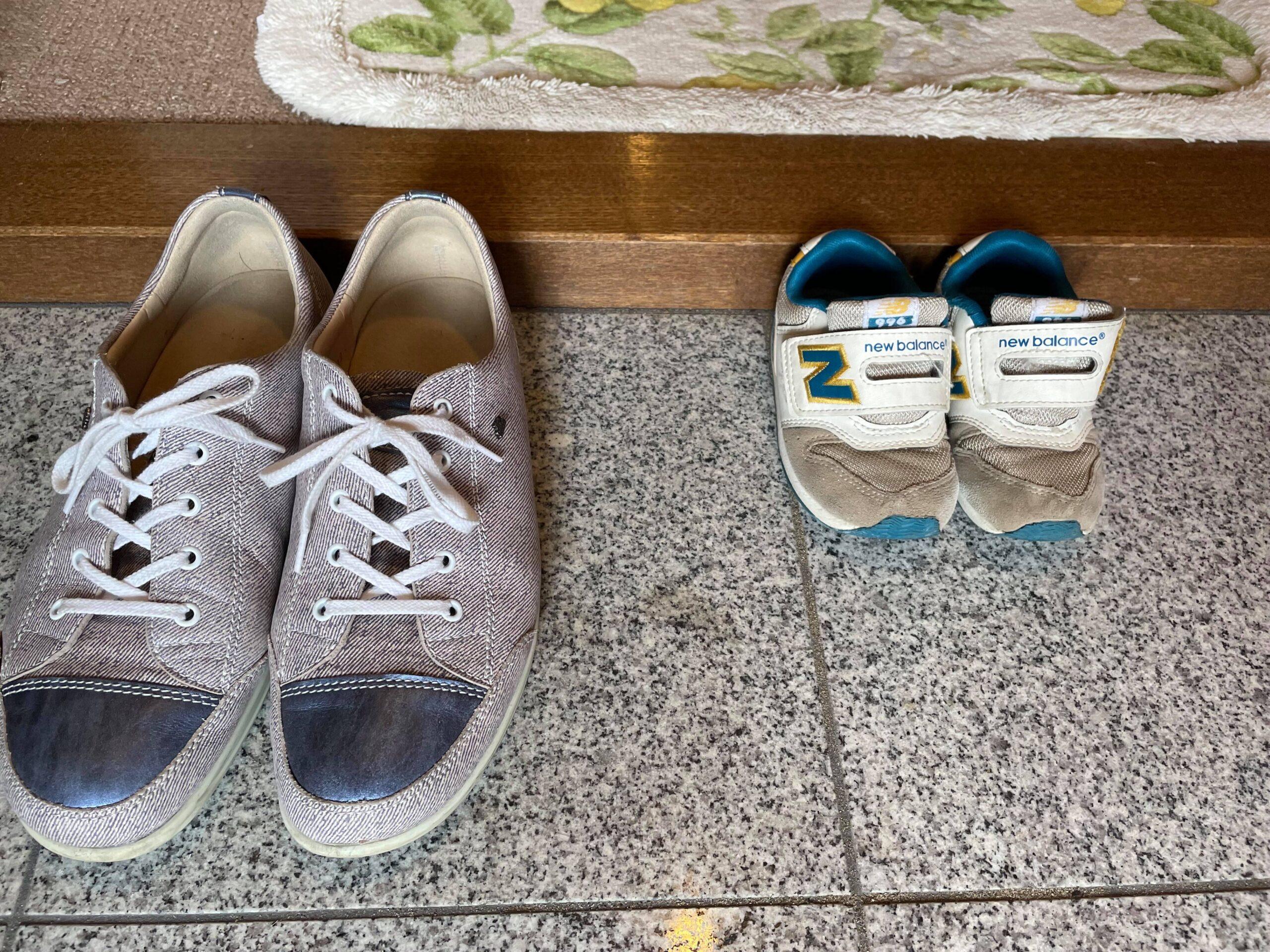 西村さんと息子さんの靴が並ぶ。